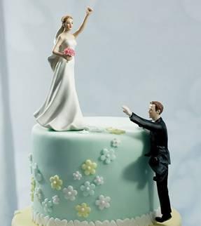 figurine marie en haut du gteau et mari grimpe - Figurine Mariage Humoristique Pas Cher
