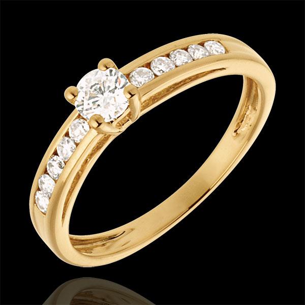 Pierścionek Przejaśnienie z żółtego złota 18-karatowego z jednym diamentem - diament 0,22 karata