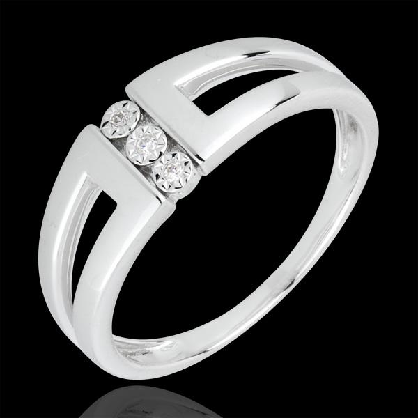 Pierścionek Selma z białego złota 18-karatowego z trzema diamentami w otoczeniu innych diamentów