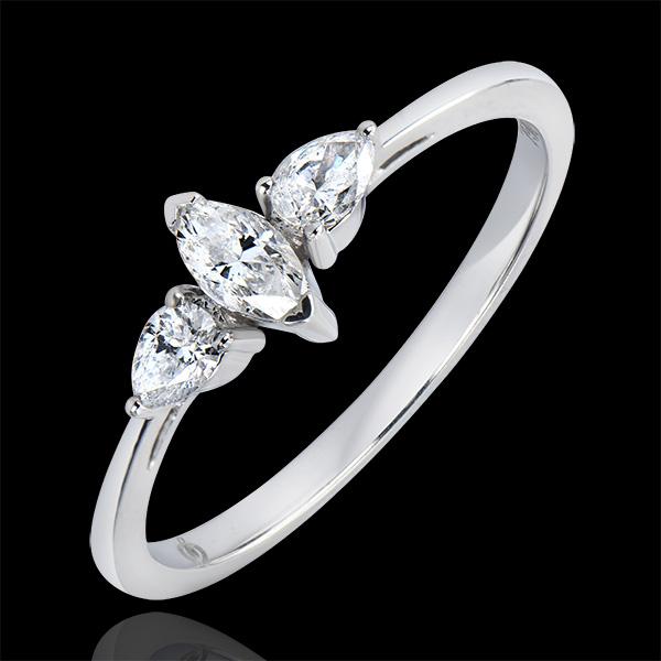 Pierścionek zaręczynowy Obfitość – trzy diamenty o szlifie markiza – białe złoto 18-karatowe i diamenty.