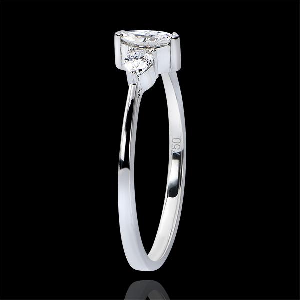 Pierścionek zaręczynowy Obfitość – trzy diamenty o szlifie markiza – białe złoto 9-karatowe i diamenty.