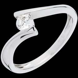 <a href=https://it.edenly.com/gioielli/solitario-apostrofo-oro-bianco-26-carati,361.html><span class='nom-prod-slide'>Solitario Nido Prezioso - Apostrofo - Oro bianco - 18 carati - Diamante - 0.26 carati </span><br><span class='prixf'>940 &#x20AC;</span> (-48%) </a>