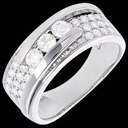 <a href=http://en.edenly.com/jewels/interlocking-trilogy-ring-white-gold-paved-86-cara,104.html><span class='nom-prod-slide'>Ring Constellation - Trilogy variation paved - 0.86 carat - 35 diamonds</span><br><span class='prixf'>£ 1699</span> (-46%) </a>