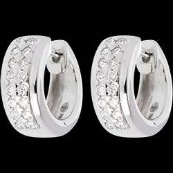 <a href=https://de.edenly.com/schmuck/ohrringe-pleiade-weissgold-022-karat-32-diamanten,204.html><span class='nom-prod-slide'>Ohrringe Sternbilder - Himmelskörper - Kleines Modell - Weißgold - 0.22 Karat - 32 Diamanten</span><br><span class='prixf'>690 &#x20AC;</span> (-47%) </a>