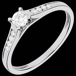 <a href=https://www.edenly.com/bijoux/solitaire-duchesse-or-blanc-pave,1100.html><span class='nom-prod-slide'>Bague de Fiançailles Or Blanc Solitaire Altesse - diamant 0.20 carat - or blanc 18 carats</span><br><span class='prixf'>840 &#x20AC;</span> (-48%) </a>