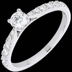 <a href=http://es.edenly.com/joyas/anillo-solitario-cherie-oro-blanco-diamantes,869.html><span class='nom-prod-slide'>Anillo Solitario le Chérie oro blanco y diamantes</span><br><span class='prixf'>1590 &#x20AC;</span> (-50%) </a>