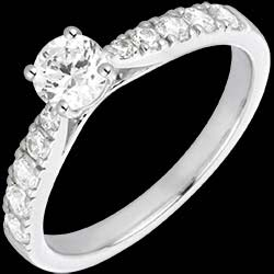 <a href=http://www.edenly.com/bijoux/bague-solitaire-belle-cherie-or-blanc-diamants,1594.html><span class='nom-prod-slide'>Bague Solitaire Belle Chérie or blanc et diamants - diamant 0.4 carat</span><br><span class='prixf'>1890 &#x20AC;</span> (-52%) </a>
