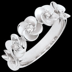 <a href=https://es.edenly.com/joyas/anillo-eclosion-guirnaldas-rosas-oro-blanco-diaman,3563.html><span class='nom-prod-slide'>Anillo Eclosión - Guirnaldas de Rosas - oro blanco y diamantes - 9 quilates</span><br><span class='prixf'>390 &#x20AC;</span> (-34%) </a>
