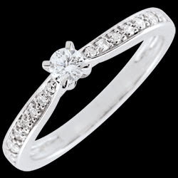 <a href=https://it.edenly.com/gioielli/anello-solitario-garlane-diamanti-10-carati,2683.html><span class='nom-prod-slide'>Anello solitario Garlane - 4 griffe - Oro bianco - 9 carati - 11 Diamanti - 0.15 carati - Diamante centrale - 0.10 carati</span><br><span class='prixf'>440 &#x20AC;</span> (-43%) </a>