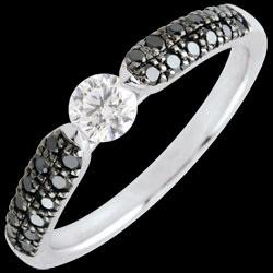 <a href=https://it.edenly.com/gioielli/anello-solitario-trionfale-diamante-neri-carati,2569.html><span class='nom-prod-slide'>Anello solitario Trionfale - Oro bianco - 9 carati -Diamanti neri e Diamante bianco - 0.45 carati e 0.25 carati</span><br><span class='prixf'>1190 &#x20AC;</span> (-44%) </a>