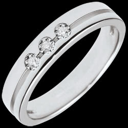 <a href=https://en.edenly.com/jewels/white-gold-olympia-trilogy-alliance-small-model,2814.html><span class='nom-prod-slide'>White Gold Olympia Trilogy Wedding Band - Small Model - 18 carats</span><br><span class='prixf'>SALE: £ 419</span> (-61%) </a>