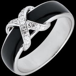 <a href=https://www.edenly.com/bijoux/bague-croise-amour-laque-noire-diamants,2761.html><span class='nom-prod-slide'>Bague Clair Obscur - Croisée laque noire et diamants - or blanc 9 carats</span><br><span class='prixf'>290 &#x20AC;</span> (-36%) </a>