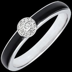 <a href=https://it.edenly.com/gioielli/anello-solitario-essere-unico-lacca-nera-diamanti,2763.html><span class='nom-prod-slide'>Anello Chiaroscuro Solitario - Oro bianco - 9 carati -Lacca nera - Diamanti </span><br><span class='prixf'>240 &#x20AC;</span> (-48%) </a>