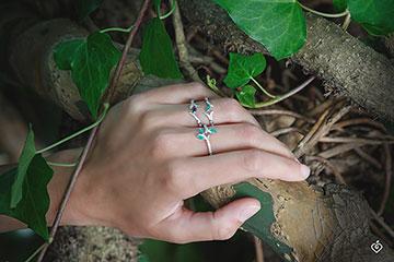 Bague Bois Mystérieux - petit modèle - or blanc 9 carats et saphir navette