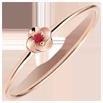 خاتم إيكلوزيون ـ الوردة الأولى ـ نموذج صغير ـ الذهب الوردي 9 قيراط والياقوت الأحمر