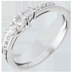 خاتم خطوبة ثلاثي الألماس من الذهب الأبيض ـ 0.34 قيراط ـ ذهب أبيض عيار 18 قيراط