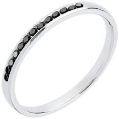 Obrączka z białego złota 18-karatowego w połowie wysadzana czarnymi diamentami